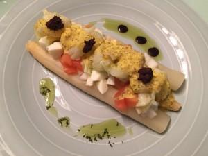 Recepta espàrrecs blancs amb paté d'oliva picant.